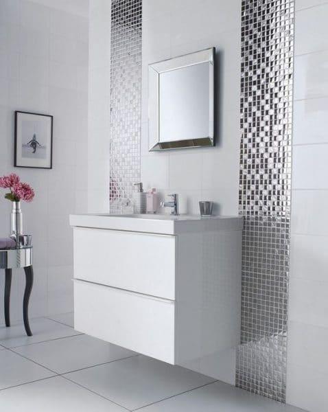 Baño blanco y plateado