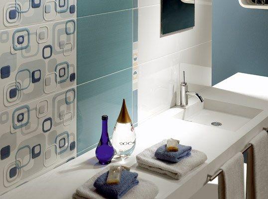 Baño moderno con azulejos combinados