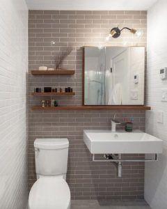 baño moderno con azulejos blanco y gris