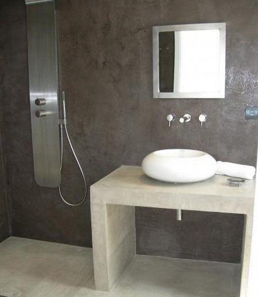 Baño minimalista de cemento alisado