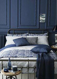 dormitorio matrimonial pared azul