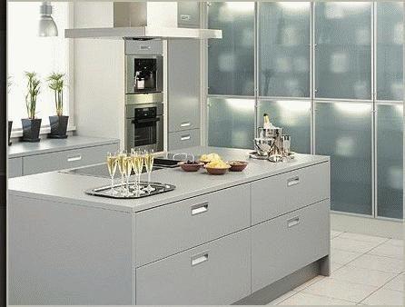 Cocina con muebles blancos con isla casa web for Cocinas sevilla