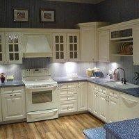cocina con muebles blancos y pared azul