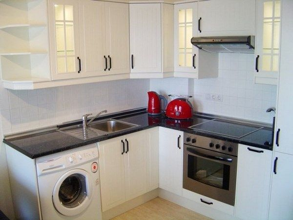 cocina con muebles blancos con azulejos blancos – Casa Web