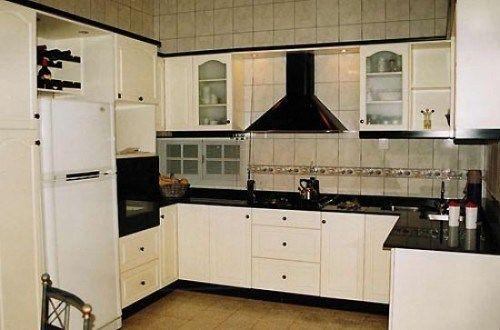 Cocina con muebles blancos mesada negra casa web for Muebles cocina chica