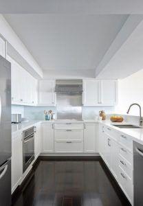cocina con muebles blancos y mesada blanca