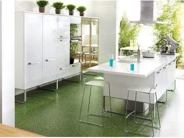 Cocina con muebles blancos piso verde casa web for Casa con muebles blancos