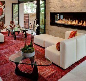 sala de estar sillon blanco alfombra roja e1536109699608