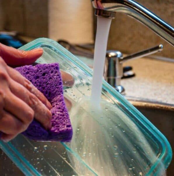 Como limpiar recipientes de plasticos manchados