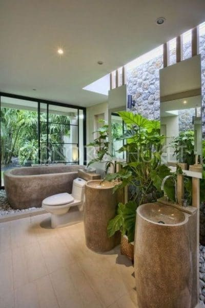 baño grande con plantas y piedras estilo zen