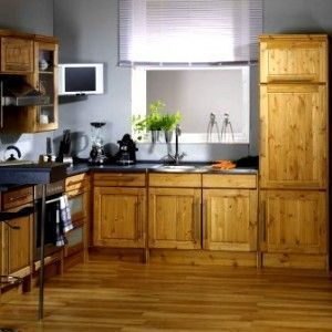 cocina con muebles de pino y piso de madera