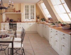 cocina estilo clasica con muebles de pino blancos