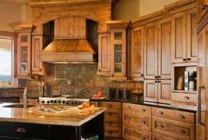 cocina estilo rustica con muebles de pino