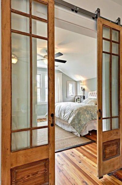 puerta corredera de madera y vidrio