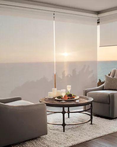 cortina roller en sala de estar moderna