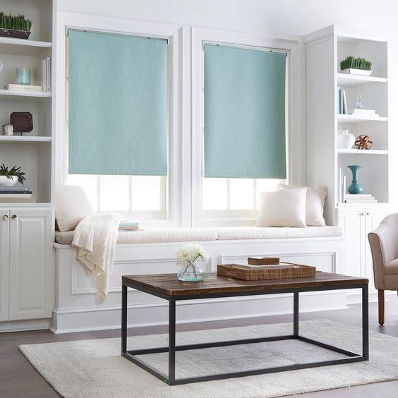 sala de estar con cortina roller turquesa
