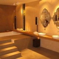 Diseño de baño grande con escaleras