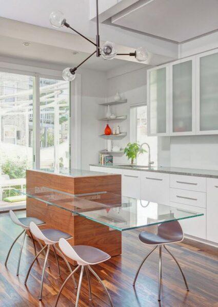 cocina con barra desayunadora de vidrio