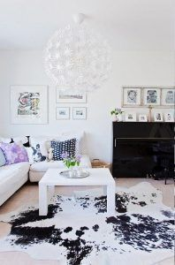 alfombra de cuero blanca y negra