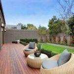 jardin moderno con deck madera
