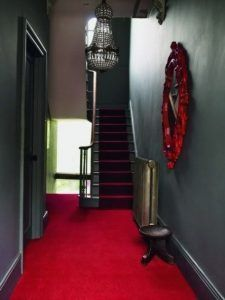 alfombra roja en pasillo