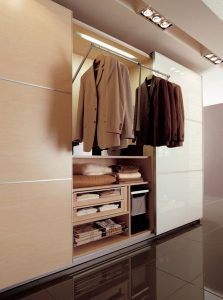 closet moderno con perchero flexible