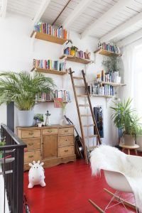 piso de madera pintada de roja