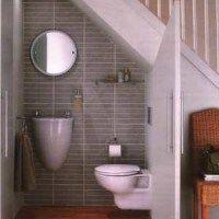 bajo escalera baño
