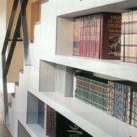bajo escalera biblioteca
