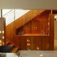 bajo escalera minibar