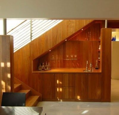 Bajo escalera minibar casa web for Mini bar debajo de escaleras