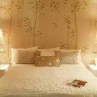 decorar un dormitorio pequeno ben de lisi bedroom with statement wallpaper1
