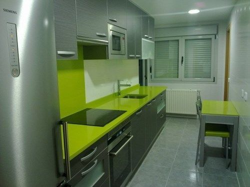 Cocina peque a en verde y gris casa web for Color verde grisaceo para paredes