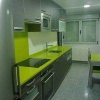 cocina pequeña en verde y gris