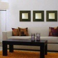 living con espejos cuadrados con marco marrón