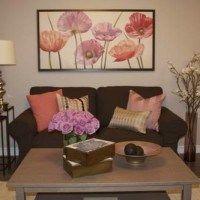 sala marron y rosa