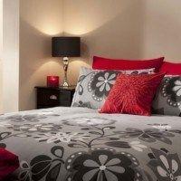 dormitorio rojo y gris