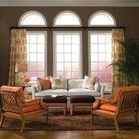living amplio paredes oscuras y detalles en naranja