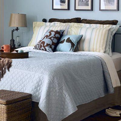 dormitorio celeste con tonos marrones