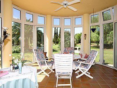 grandes ventanales para disfrutar el jardin en invierno