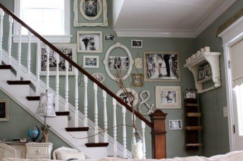 La pared de la escalera llena de fotos casa web - Treppenaufgang dekorieren ...