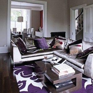 alfombra con estampa violeta sobre piso oscuro
