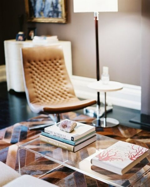 alfombra en tonos marrones sobre pisos oscuros