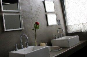 baño de lujo revestido con cemento alisado