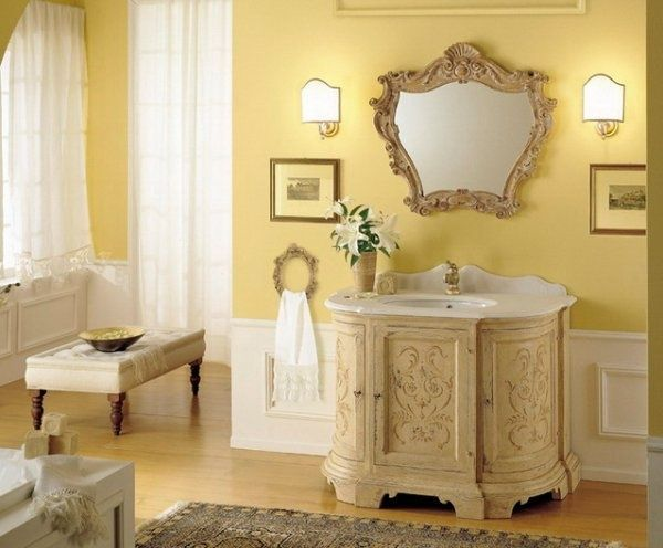 baños decorado con muebles y adornos de estilo clasico