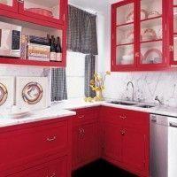 cocina roja con muebles clasicos