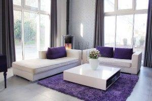 decoracion minimalista con presencia morada