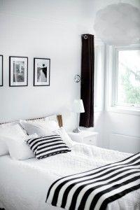 dormitorio blanco con detalles en negro