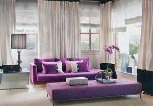 living con sillones violetas