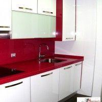 pequeña cocina con mesada roja